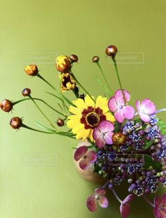 テーブルの上の花瓶の写真・画像素材[2440050]