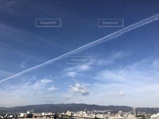 天高く進む飛行機雲の写真・画像素材[2445377]