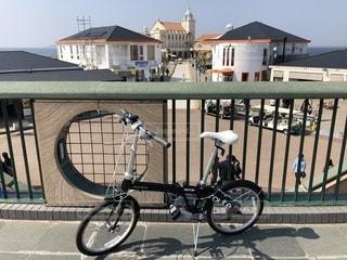 建物の脇に駐車した自転車の写真・画像素材[2440756]