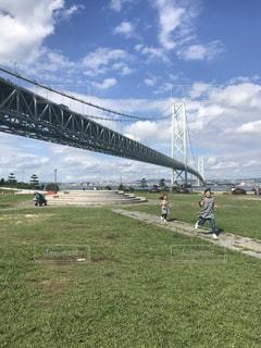 橋の上の人々のグループの写真・画像素材[2440718]