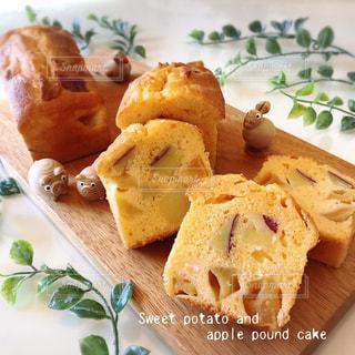 さつま芋とりんごのパウンドケーキの写真・画像素材[2790029]