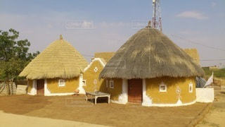 砂漠で見つけた可愛い家の写真・画像素材[2442449]