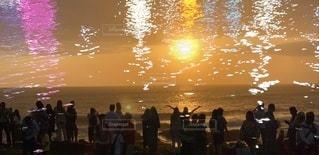 水の中に立っている人々のグループの写真・画像素材[2442323]