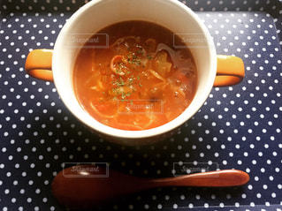 トマトスープとスプーンの写真・画像素材[2442191]