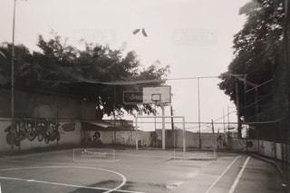 リオデジャネイロ。スラム街の中の小さなサッカーコートの写真・画像素材[2504712]