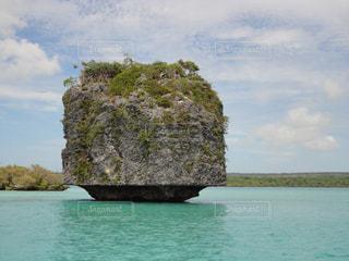 海に浮かぶおっきな岩の写真・画像素材[2444684]