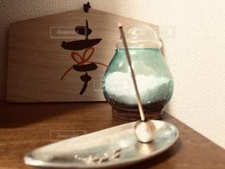 木製のテーブルの上に座っている花瓶の写真・画像素材[2504859]