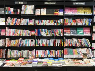 本でいっぱいの本棚のクローズアップの写真・画像素材[2448563]