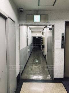 ビルの廊下の写真・画像素材[2480561]