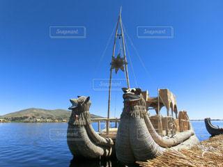 ペルー、チチカカ湖の藁船の写真・画像素材[2446251]