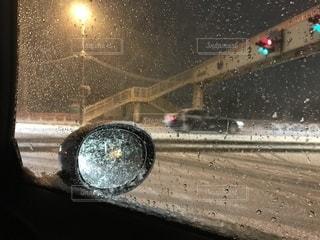 雪の夜の信号の写真・画像素材[2456715]