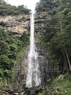 森の中の大きな滝の写真・画像素材[2445206]