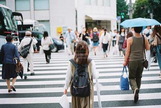 傘をさして通りを歩く人々のグループの写真・画像素材[2836369]