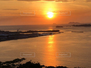水域に沈む夕日の写真・画像素材[2868784]