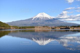 富士山を背景にした水域の写真・画像素材[3115551]
