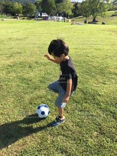 フィールドでサッカーボールを持つ少年の写真・画像素材[2451764]