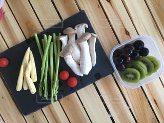 木製のまな板の上の食べ物の写真・画像素材[2455476]