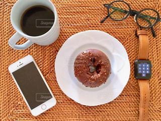 テーブルの上でコーヒーを一杯飲むの写真・画像素材[2512987]