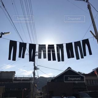 空に揺れるデニムたちの写真・画像素材[2451808]