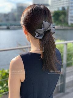 女性の後ろ姿の写真・画像素材[2487411]