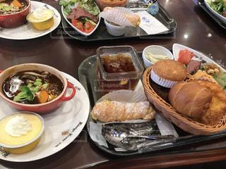 テーブルの上の食べ物の皿の写真・画像素材[2456885]