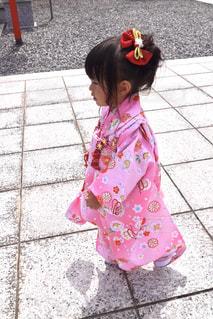 歩道を歩いている小さな女の子の写真・画像素材[2461204]