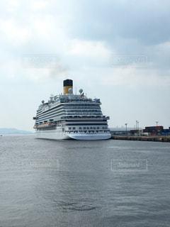 水域の中の大きな船の写真・画像素材[2456028]