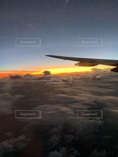 空を飛ぶ飛行機の写真・画像素材[2450749]