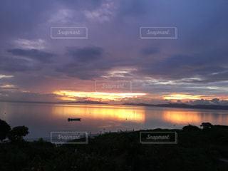 水の体の上の夕日の写真・画像素材[2451876]