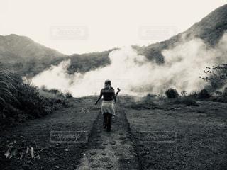泥道を歩いている男の写真・画像素材[2461151]