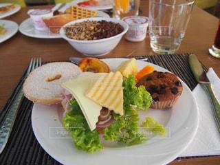 テーブルの上に異なる種類の食べ物をトッピングした白い皿の写真・画像素材[2463581]