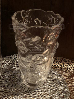令和元年真夏に出会った薔薇柄のガラス花瓶の写真・画像素材[2724990]