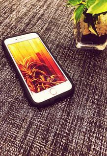 テーブルの上の携帯電話の写真・画像素材[2463098]