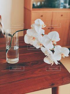木製のテーブルの上に座っている花瓶の写真・画像素材[2555792]