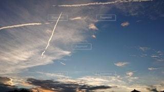 飛行機雲の三重奏の写真・画像素材[2460021]