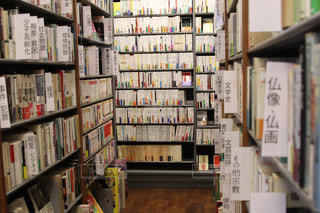 本でいっぱいの本棚の写真・画像素材[2456155]