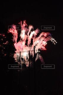 高いフェンスに邪魔された花火の写真・画像素材[2454125]