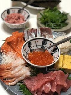 食べ物の皿をテーブルの上に置くの写真・画像素材[3659280]