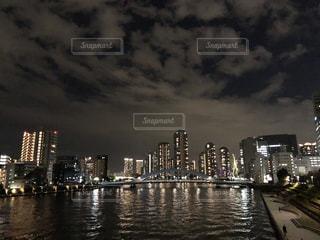 都市を背景にした川、橋の写真・画像素材[2907098]