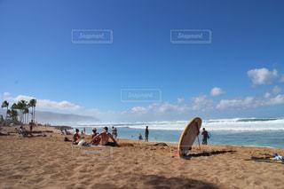 砂浜を歩いている人のグループの写真・画像素材[990328]
