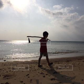 波打ち際の散歩の写真・画像素材[2462047]