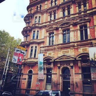 建物の前の通りのクローズアップの写真・画像素材[2461922]