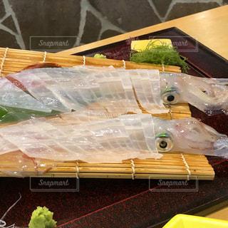 テーブルの上の食べ物のトレイの写真・画像素材[2463367]