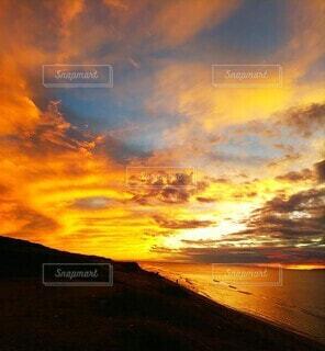 夕暮れ時の空の雲の写真・画像素材[3766748]