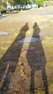 2人の長い影の写真・画像素材[3766836]
