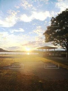 東屋と夕日の写真・画像素材[3777774]