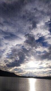 水面と空と山の写真・画像素材[3777773]