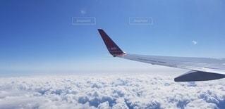 空中を飛んでいる飛行機の写真・画像素材[3224915]