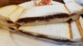 皿の上に半分に切ったサンドイッチの写真・画像素材[3316220]