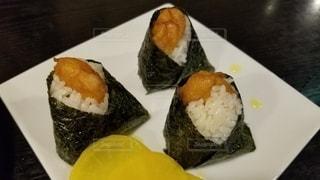 寿司のスライスで食べ物のプレートの写真・画像素材[3316254]